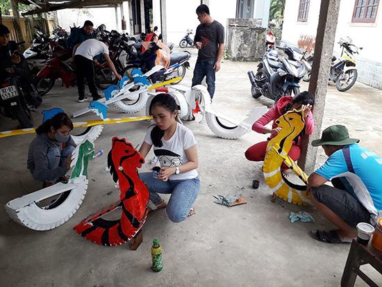 Các bạn trẻ tìm cách hình thành sân chơi cho trẻ em.