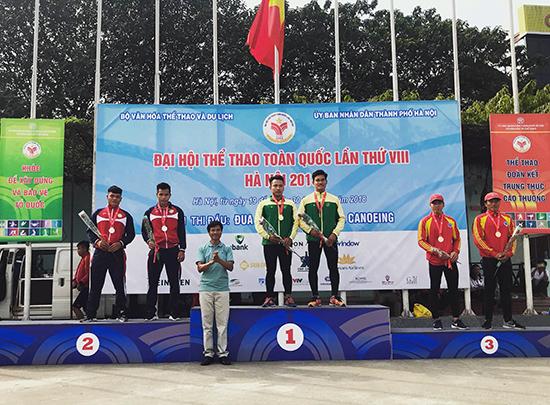 Hồ Văn Âu và Cao Viết Sĩ trên bục nhận huy chương bạc. Ảnh: P.L