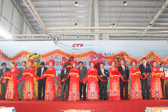 Các đồng chí lãnh đạo tỉnh và công ty cắt băng khánh thành Nhà máy sản xuất phụ tùng ô tô của Công ty TNHH CTR Vina. Ảnh: D.L