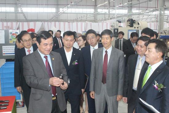 Các đồng chí lãnh đạo tỉnh tham quan Nhà máy sản xuất phụ tùng ô tô của Công ty TNHH CTR Vina. Ảnh: D.L
