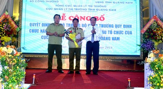 Ông Đoàn Ngọc Sơn (giữa) được Bộ Công Thương bổ nhiệm chức vụ quyền Cục trưởng Cục Quản lý thị trường Quảng Nam. Ảnh: Quang Việt