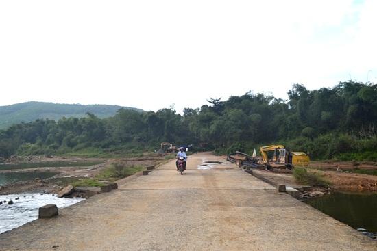 Bí thư Huyện ủy Hiệp Đức - Nguyễn Văn Tỉnh cho rằng, tỉnh cần hỗ trợ địa phương xây dựng các yếu tố hạn tầng, nhất là cầu Thăng Phước và đường dân giúp địa phương phát triển kinh tế - xã hội. Ảnh: Quảng Việt