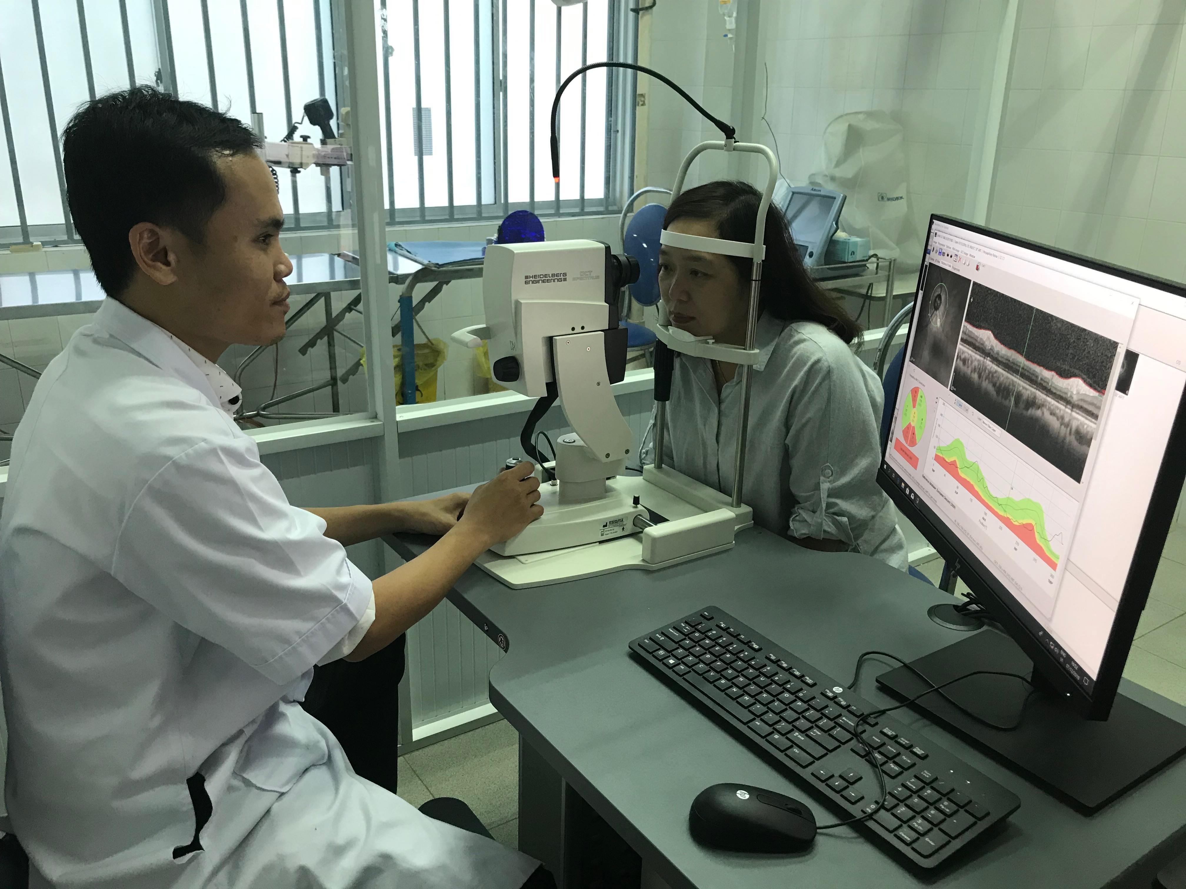 Khoa Mắt BVĐK tỉnh kiểm tra mắt cho bệnh nhân bằng máy chụp cắt lớp quang học OCT. Ảnh C.N