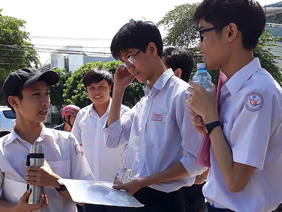 Học sinh trao đổi bài làm sau kỳ thi THPT quốc gia năm 2018.          Ảnh C.N