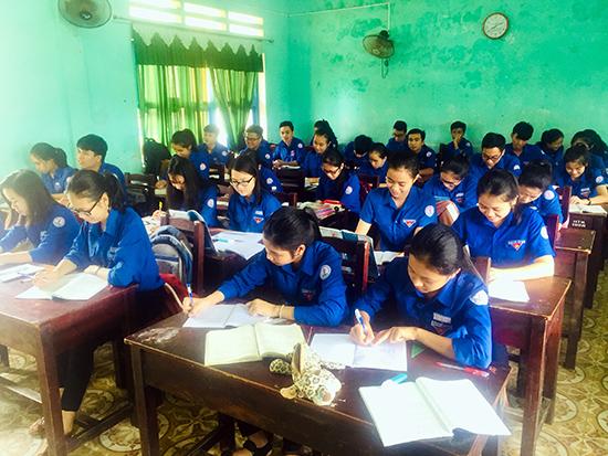 Một tiết học của học sinh lớp 12 Trường THPT Huỳnh Thúc Kháng. Ảnh D.H