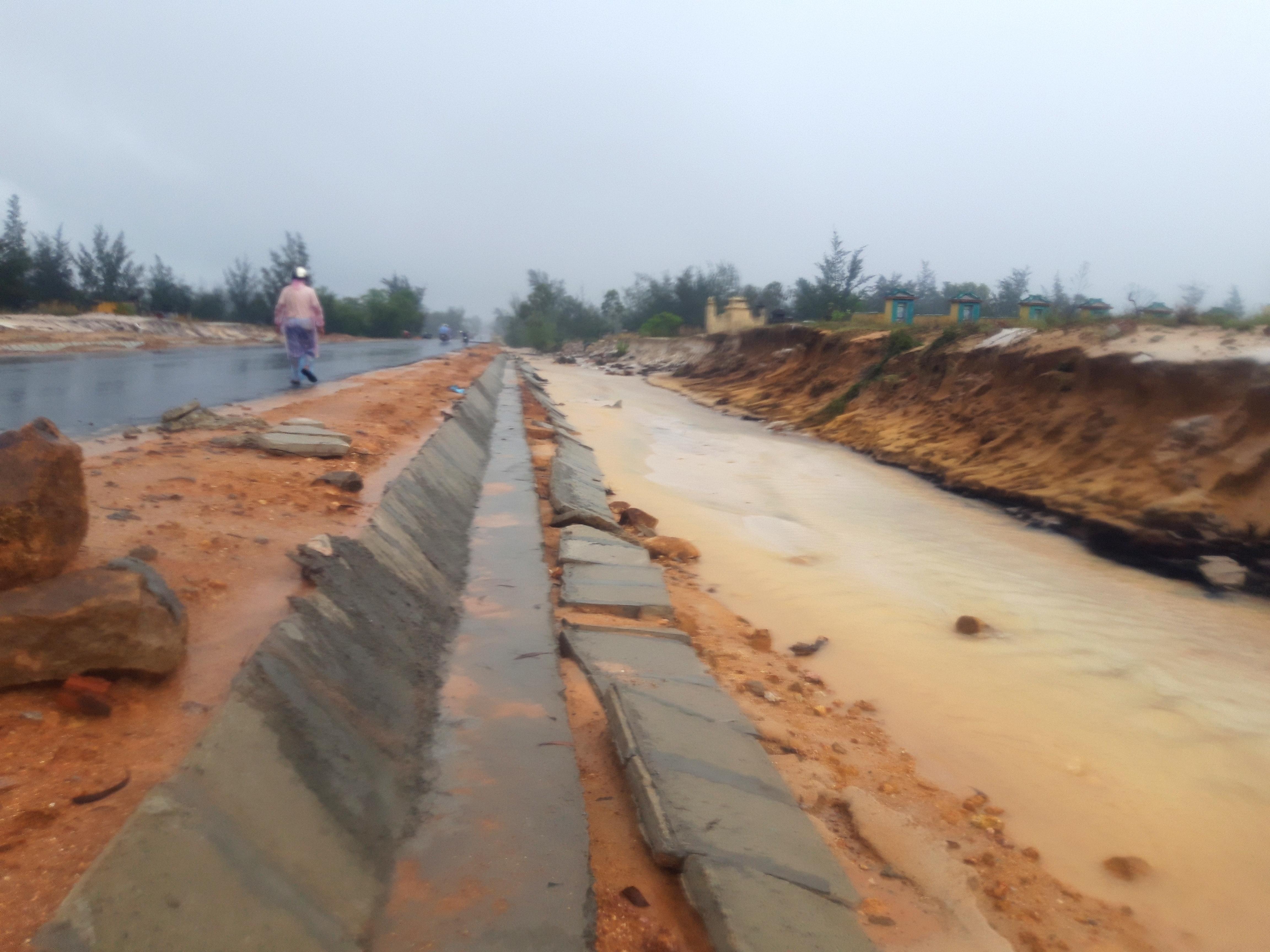 Mương thoát nước của tuyến đường cũng sạt lở nghiêm trọng. Ảnh: Hồ Quân