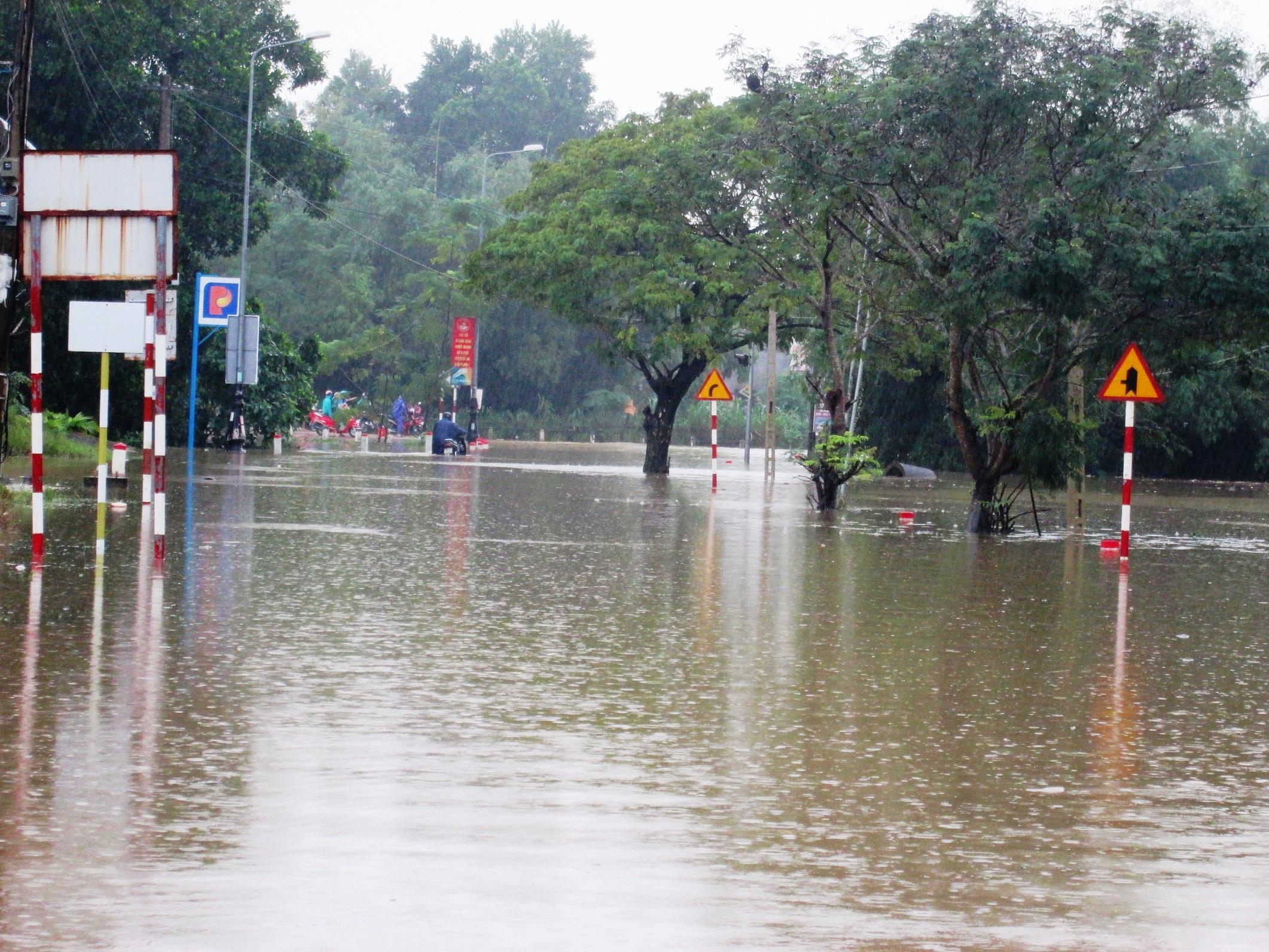 Tuyến quốc lộ 14H đoạn giáp ranh giữa 2 xã Duy Sơn - Duy Trinh bị ngập.