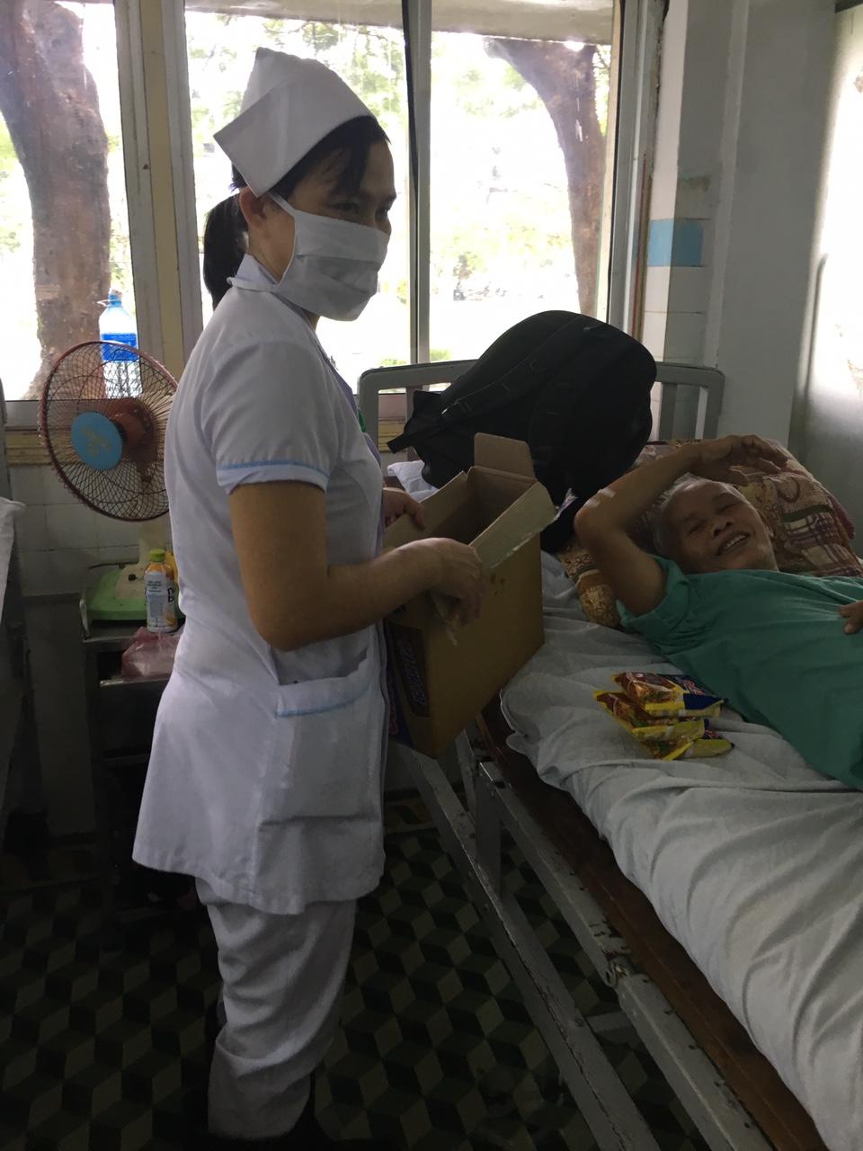 Bệnh nhân được hỗ trợ mì ăn liền.