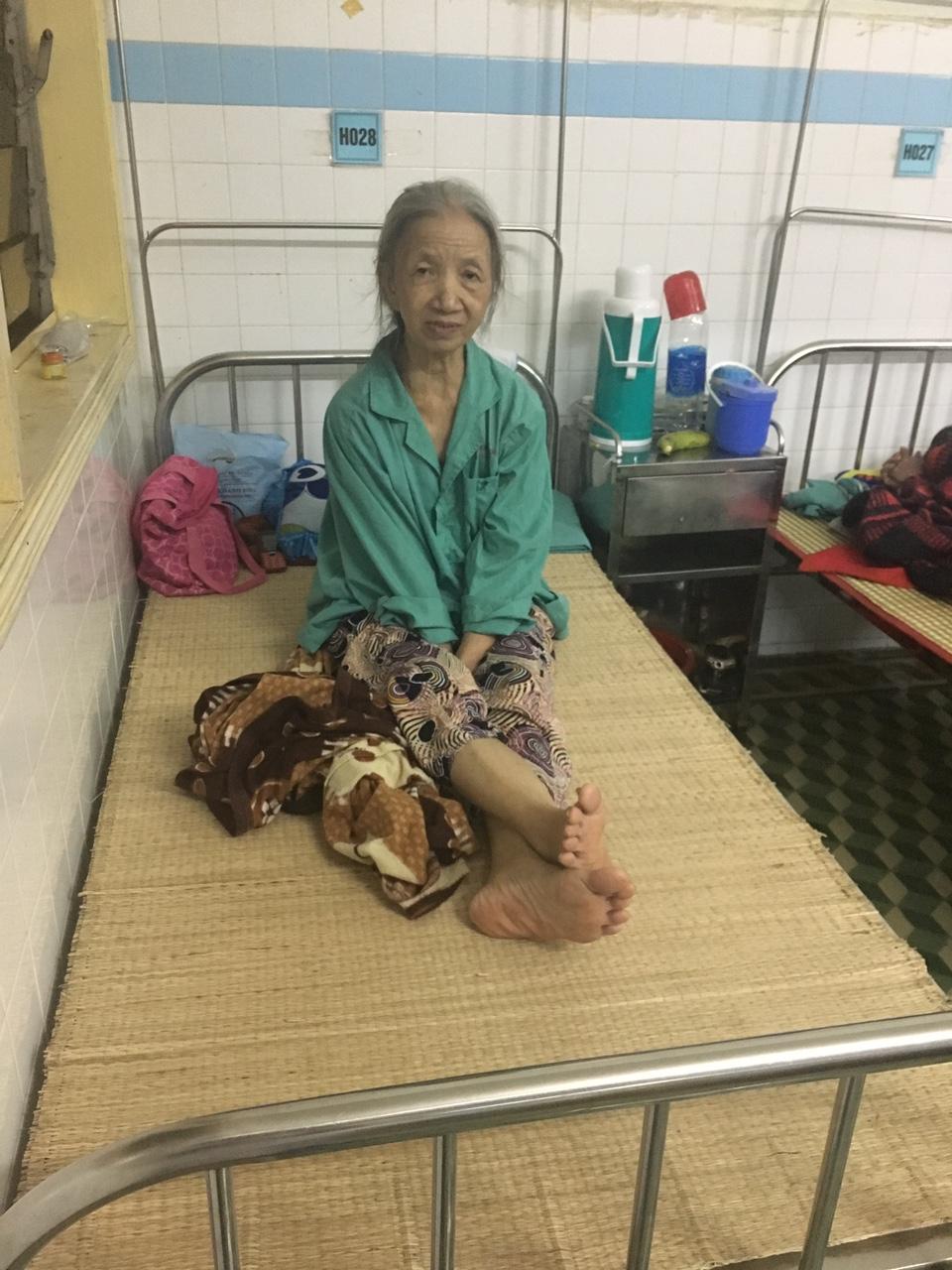 Bệnh nhân Ngô Thị Phước lo lắng khi bệnh viện ngập lụt.