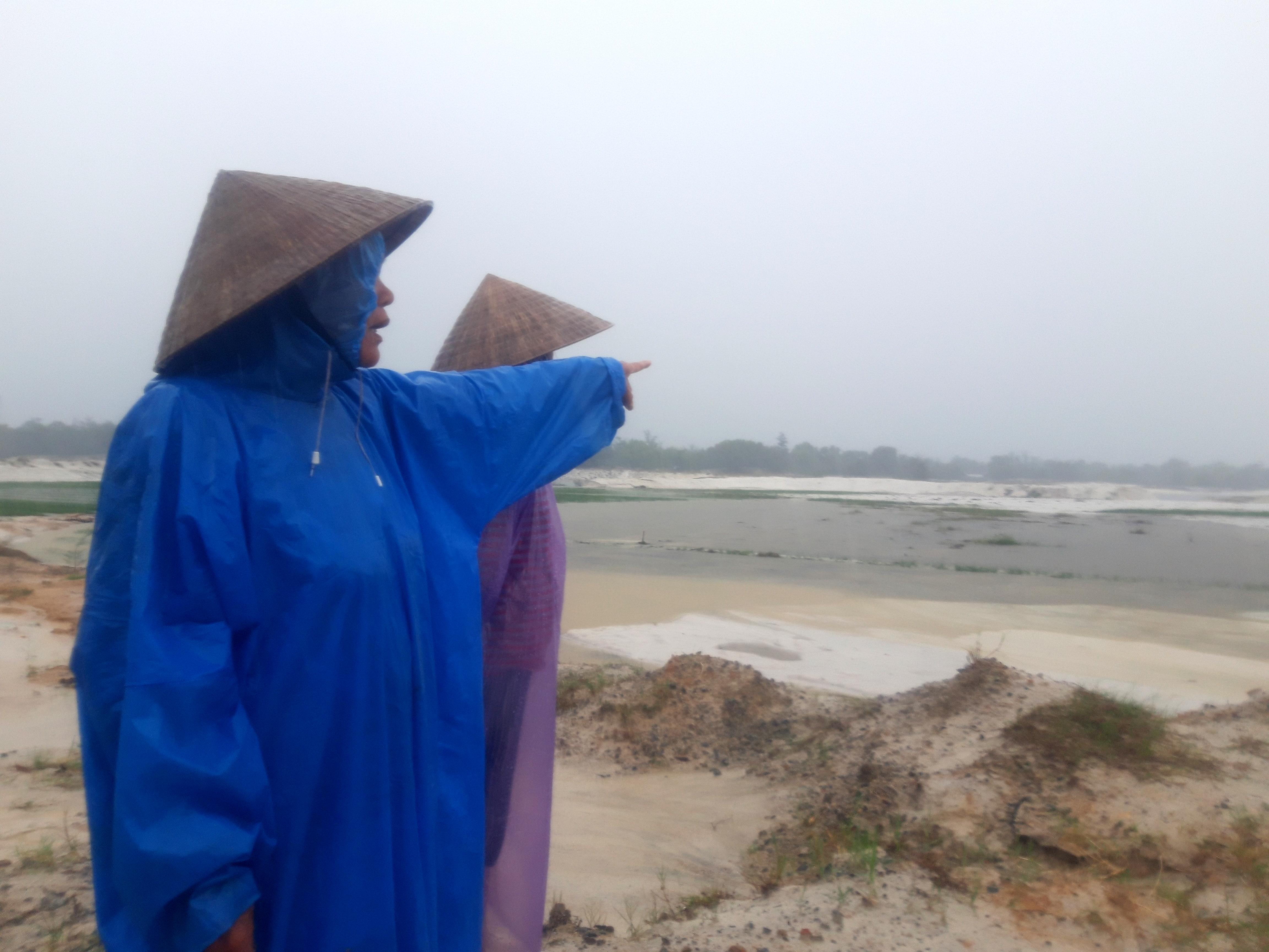 Người dân xã Bình Giang bất lực nhìn ruộng bị bồi lấp . Ảnh: Hồ Quân