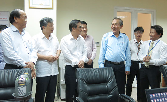 Phó Thủ tướng Chính phủ Trương Hòa Bình kiểm tra việc cải cách hành chính tại Cục Thuế Quảng Nam.  Ảnh: T.D