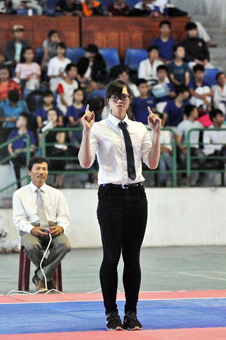 Trần Thị Mỹ Khanh làm trọng tài tại một giải Taekwondo trẻ tỉnh Quảng Nam.  Ảnh: T.V