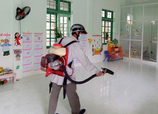 Cuối tuần qua, Trung tâm Y tế dự phòng Tam Kỳ phun thuốc phòng bệnh sốt xuất huyết tại Trường Mẫu giáo Hương Sen (Tam Kỳ). Ảnh C.N