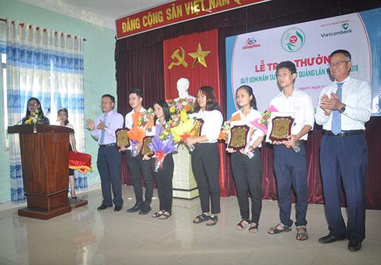 Những gương mặt đạt giải tại kỳ thi HS giỏi quốc gia 2018 được Báo Quảng Nam trao giải thưởng Ươm mầm tài năng đất Quảng. Ảnh: X.P