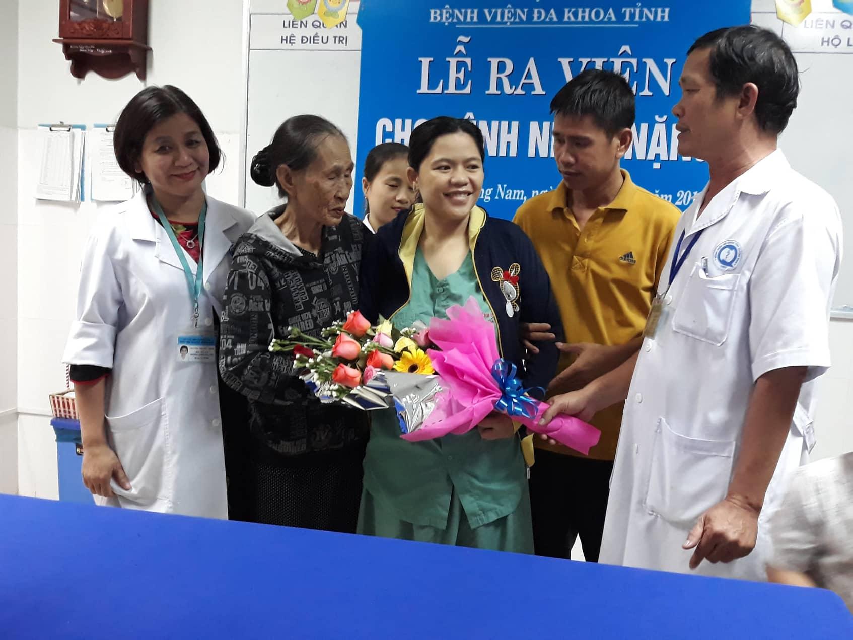 BVĐK Quảng Nam làm lễ ra viện cho bệnh nhân vào chiều 14.12. Ảnh C.N