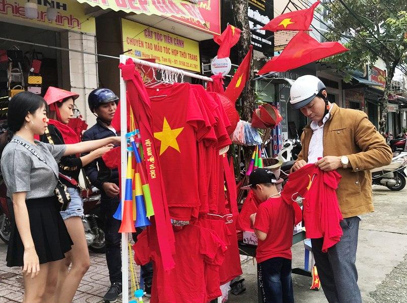 Anh Anh mong muốn hâm nóng không khí bóng đá và hy vọng sẽ mang đến may mắn cho đội tuyển Việt Nam. Ảnh: VINH ANH