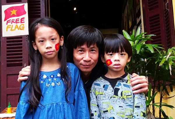Các em nhỏ Hội An cùng họa sĩ Trương Bách tường .