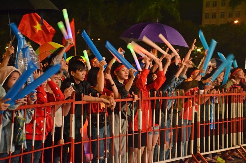 Bất chấp trời mưa, các cổ động viên vẫn đến Quảng trường 24.3 cổ vũ cho đội tuyển Việt Nam.
