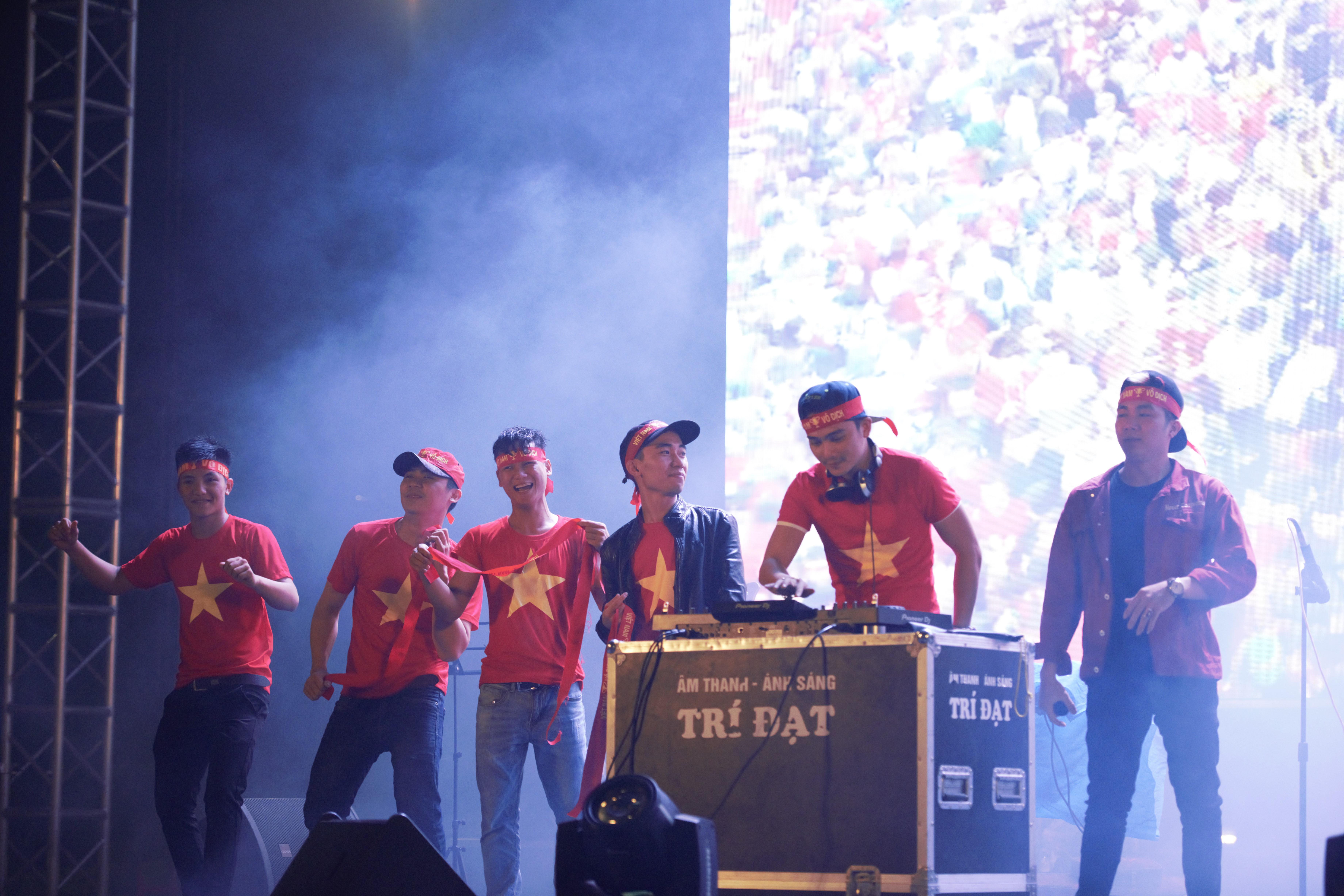 Ban nhạc R.A.T cùng vũ đoàn Bluskey và Dj Huỳnh Vĩnh tại đêm hội đồng hành cùng đội tuyển Việt Nam.