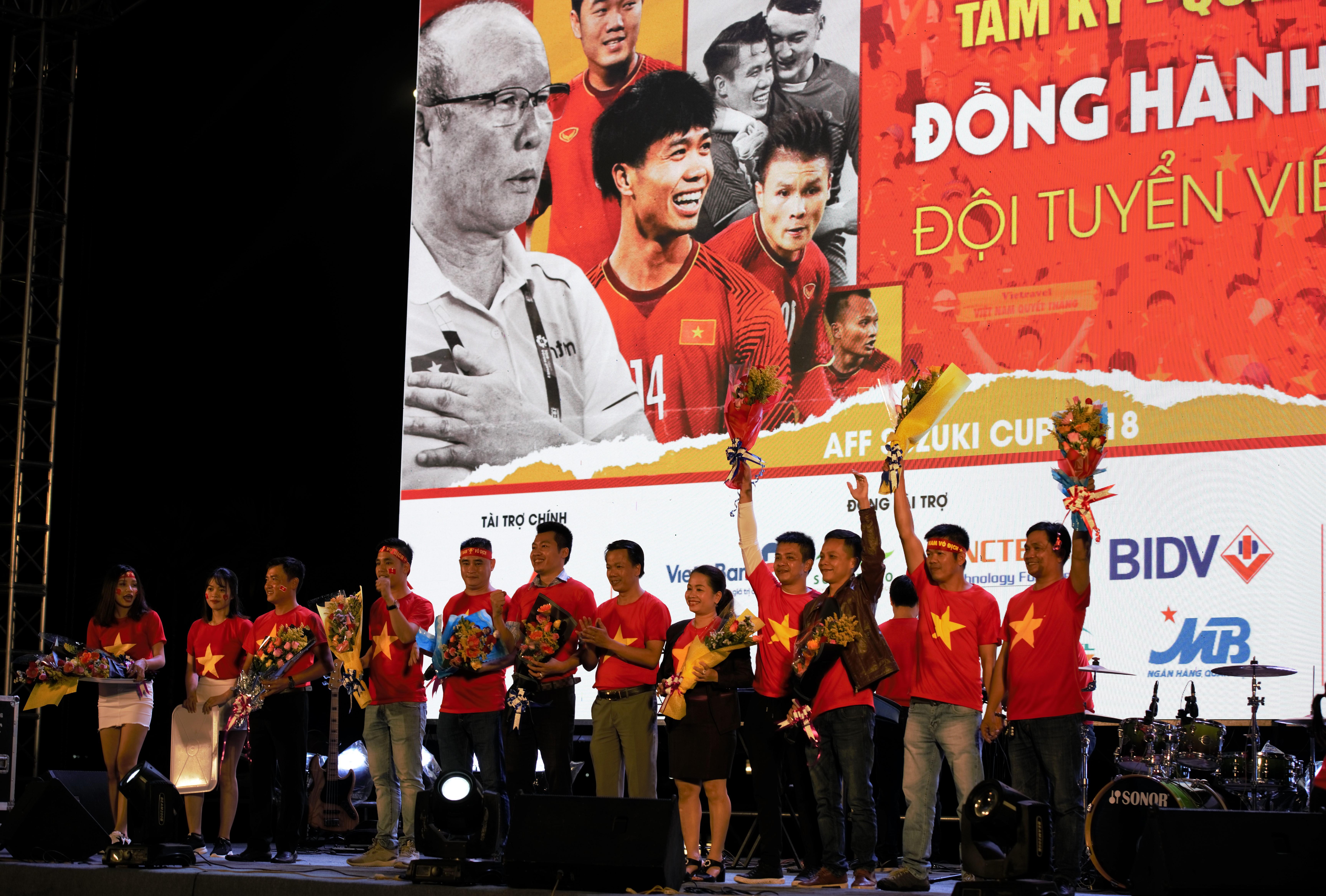 Lãnh đạo thành phố Tam Kỳ tặng hoa các nhà tài trợ chương trình Đồng hành cùng đội tuyển Việt Nam