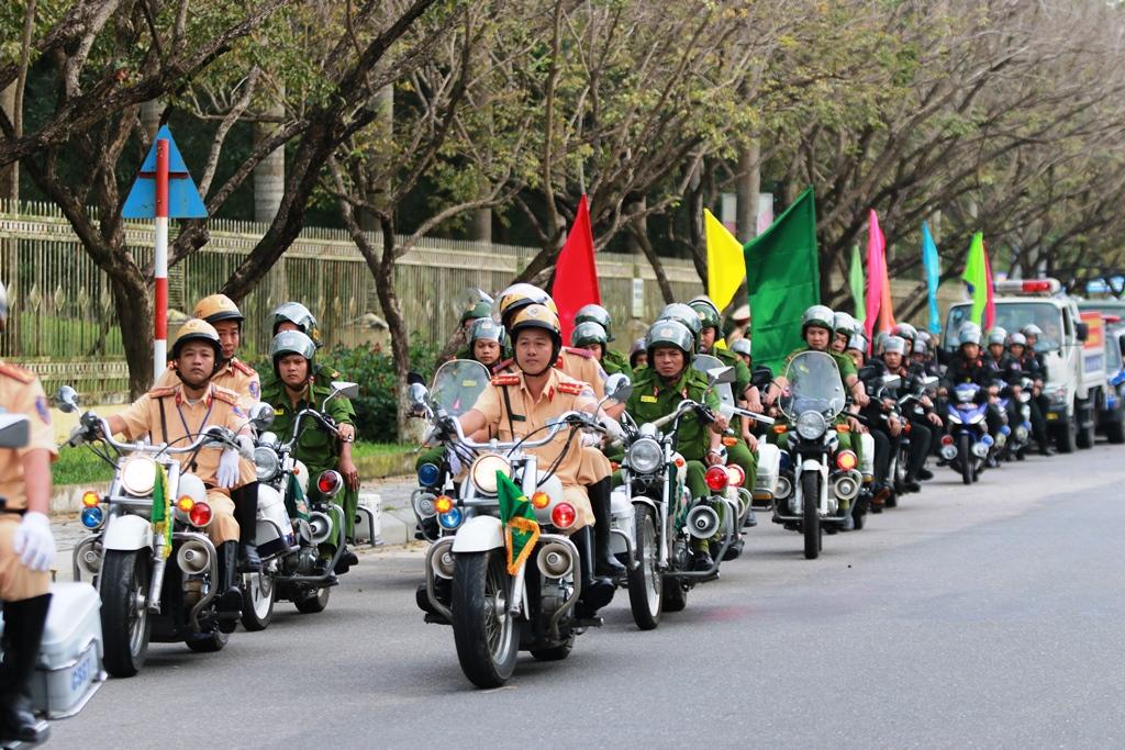 Các lực lượng ra quân diễu hành qua các tuyến đường trên địa bàn TP.Tam Kỳ. Ảnh: T.C