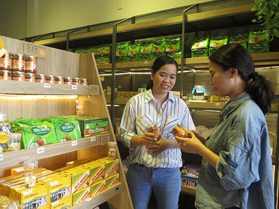 Nguyễn Thị Hồng Hạnh cùng cộng sự đã dành nhiều công sức cho sản phẩm tương ớt Daichi.  Ảnh: X.H