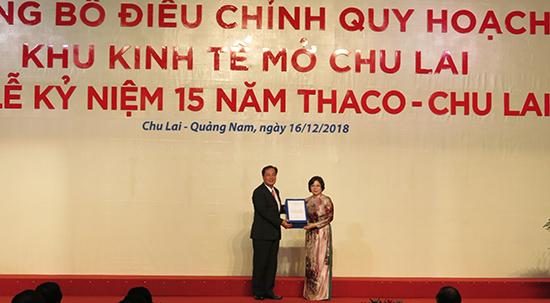 Phó Chủ tịch Thường trực UBND tỉnh Huỳnh Khánh Toàn đón nhận quyết định điều chỉnh quy hoạch Khu kinh tế mở  Chu Lai.