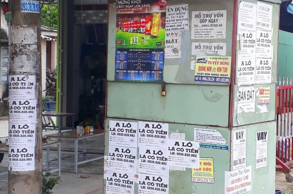 Quảng cáo cho vay tiền được dán khắp nơi. Ảnh: Q.HẢI