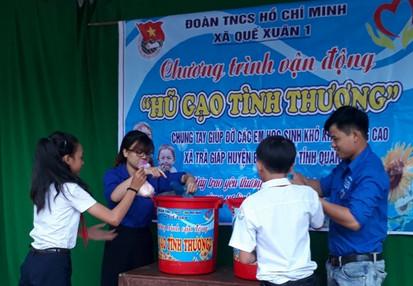 Học sinh ủng hộ gạo giúp đỡ các bạn khó khăn. Ảnh: M.L