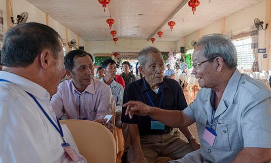 Những người cao tuổi gốc Quảng Nam - Đà Nẵng có cuộc gặp ấm áp tại thị trấn Kiến Đức. Ảnh: XUÂN THỌ