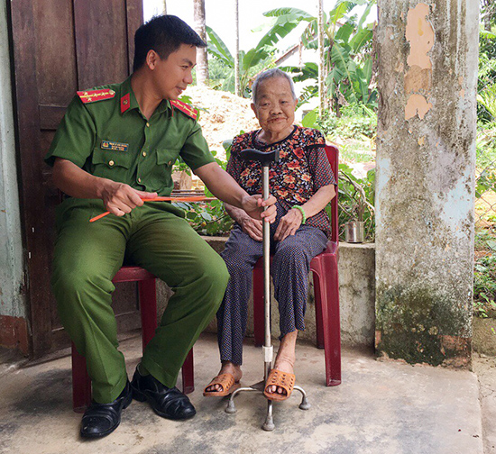 Đại úy Phạm Lê Anh Hoàng thăm Bà mẹ Việt Nam anh Hùng Đào Thị Chược, ở xã Trà Dương.Ảnh: M.C