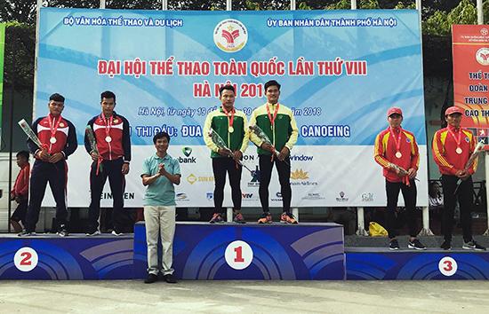Lần đầu tiên thi đấu tại đại hội, Hồ Văn Âu và Cao Viết Sĩ bất ngờ đoạt huy chương bạc ở môn Canoeing. Ảnh: P.L