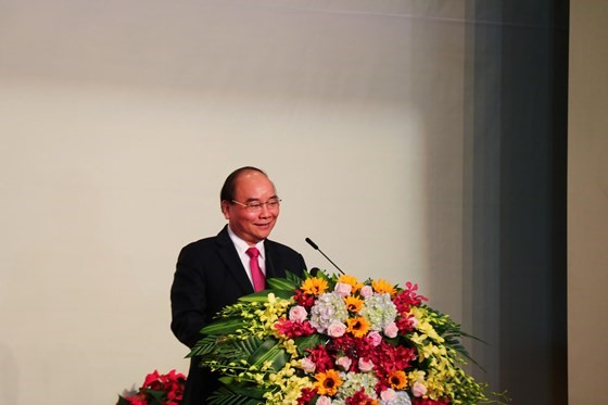 Prime Minister Phuc gives a speech at the event.