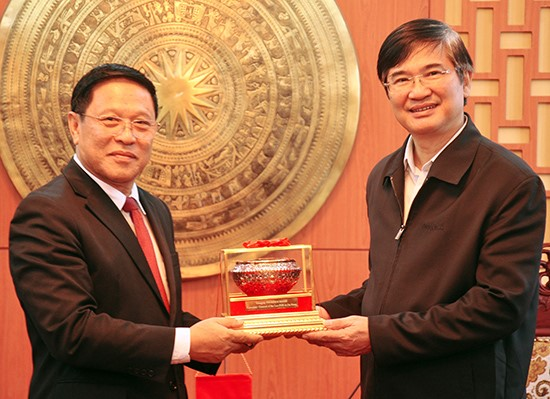 New Lao Consul General in Danang city Viengxay Phommachanh (L) and Secretary Quang. Photo: baodanang.vn