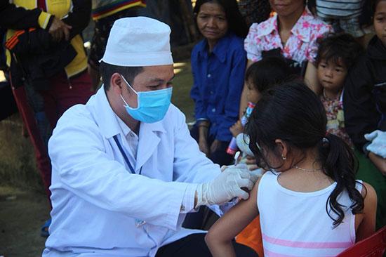 Tiêm vắc xin cho trẻ vùng cao. Ảnh Y.T.D.P
