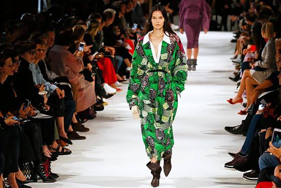 Bộ sưu tập thời trang được làm từ vải cotton hữu cơ và da tổng hợp thân thiện với môi trường của nữ thiết kế nổi tiếng Stella McCartney. Ảnh: AP