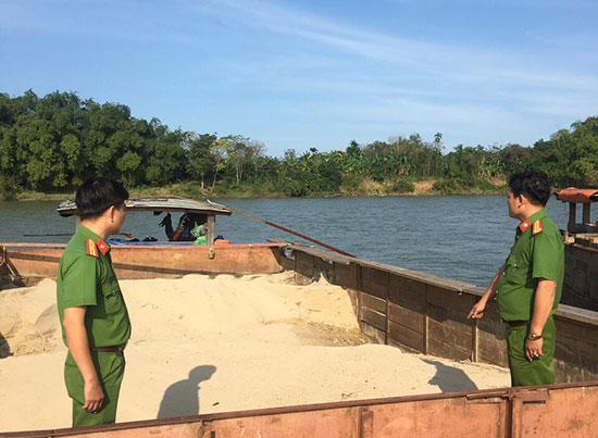 Cán bộ Phòng Cảnh sát môi trường phát hiện, bắt giữ tàu hút cát trái phép. Ảnh: T.CÔNG