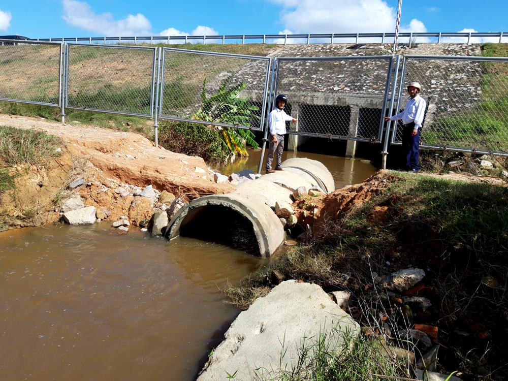 Người dân cho rằng, cống quá nhỏ, không thể thoát nước kịp khi có mưa lớn. Ảnh: HỒ QUÂN