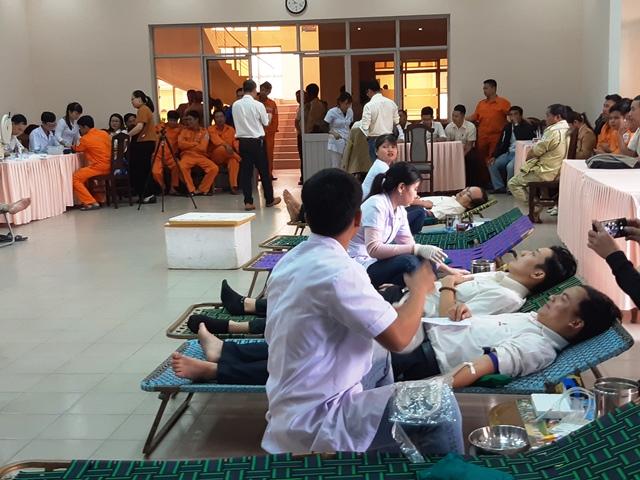 Đông đảo đoàn viên, thanh niên tham gia hiến máu thiện nguyện tại Công ty Điện lực Quảng Nam. Ảnh: HOÀNG LIÊN
