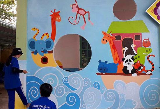 Nhiều hình ảnh ngộ nghĩnh được vẽ lên, tô điểm thêm cho lớp học của trẻ vùng cao Nam Giang. Ảnh: Đ.N