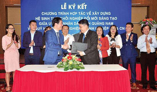 Phó Chủ tịch UBND tỉnh Trần Văn Tân ký kết chương trình hợp tác xây dựng hệ sinh thái đổi mới sáng tạo với Quỹ hỗ trợ KN doanh nghiệp KH&CN. Ảnh: VINH ANH