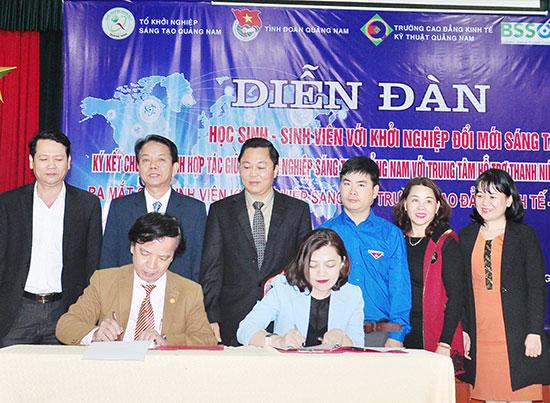 Tại Trường Cao đẳng Kinh tế - kỹ thuật, Tổ Công tác hỗ trợ KN sáng tạo tỉnh đã ký kết thỏa thuận hợp tác triển khai các hoạt động hỗ trợ KN với Trung tâm Hỗ trợ thanh niên khởi nghiệp TP.Hồ Chí Minh. Ảnh: V.ANH