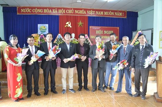 Lãnh đạo xã Đại Sơn tặng hoa chúc mừng các thành viên Hội đồng quản trị. Ảnh: CT