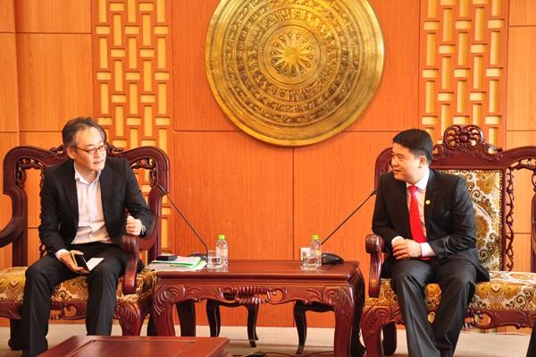 Vice Chairman Tan (R)
