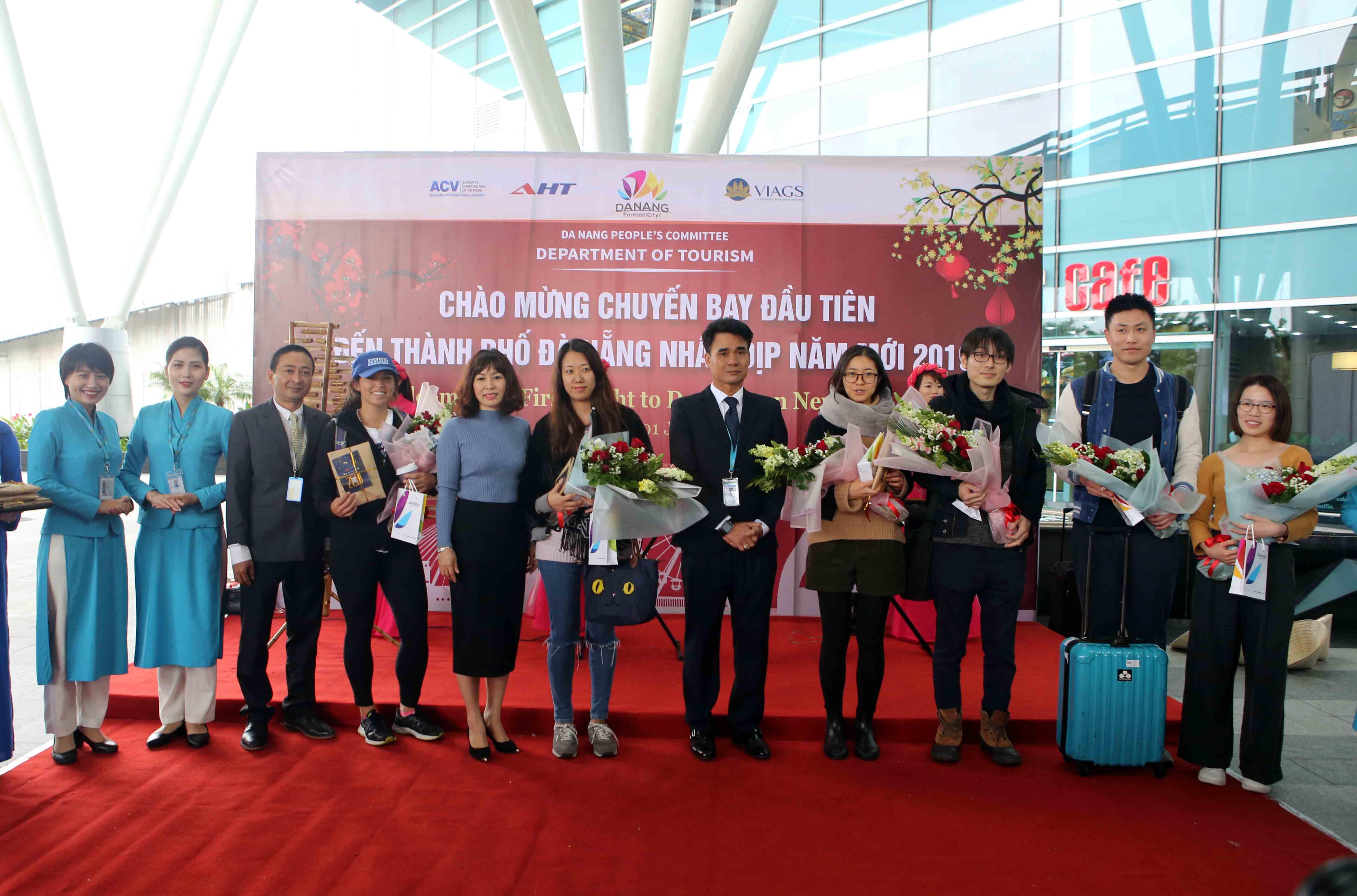 Lãnh đạo Sở Du lịch Đà Nẵng đón khách du lịch tại sân bay Đà Nẵng. Ảnh: X.L