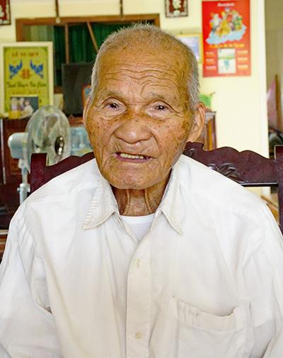 Ông Lâm Cảnh kể về những năm tháng sống, chiến đấu và học tập đầy gian lao mà anh dũng.  Ảnh: NGUYỄN ĐIỆN NGỌC