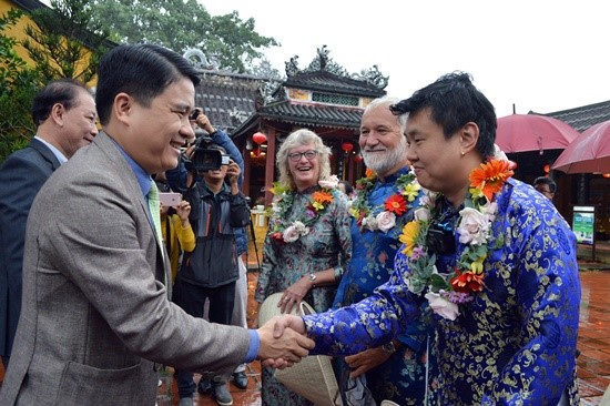Vice Chairman of the Quang Nam People's Committee Tran Van Tan receives the first tourists to Hoi An in 2019 at Cam Pho communal house.