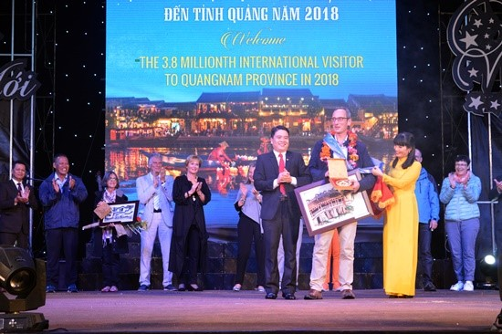 Jacob Peter (a German tourist - right), the 3.8 millionth tourist to Quang Nam in 2018