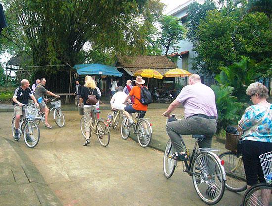 Du khách đạp xe khám phá vùng quê xã Cẩm Kim. Ảnh: Đ.H