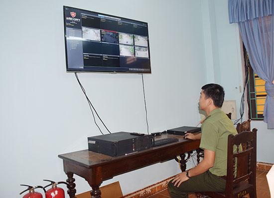 Công an huyện Thăng Bình triển khai giám sát camera an ninh. Ảnh: THANH THẮNG